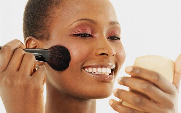 پوست هر کسی تا حدی حساس استاما برخی بیشتر از دیگران حساسیت را تجربه خواهند کرد.متوجه خواهید شد که پوست شماقرمزمی شودوخیلی زود تحریک می شودوگاهی منجر بهبرجستگی های کوچکوتن و بافت ناهموار می شود.این افزایش ناگهانی اغلب توسط کوچکترین چیز (حتی پاک کردن آرایش) ایجاد می شود ، اما اگر نسبت به محصولاتی که استفاده می کنید یا نحوه استفاده از آنها پرخاش می کنید ، رایج تر است.از آنجا که پوست حساس همچنین می تواند همزمان خشک/چرب/مستعد آکنه باشد ، حفظ یک روال ثابت و موثر برای حفظ آرامش ، شفافیت و تعادل بسیار مهم است.